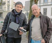 Finden überall Strahlung: Hansueli Stettler und Markus Lauener mit Messgerät. (Bild: Stefan Hilzinger)