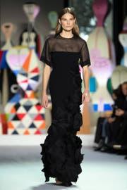 Ein Model präsentiert ein Akris-Kleid. (Bild: CAROLINE BLUMBERG (EPA))