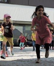 Die beiden Mädchen amüsieren sich beim Spielen in der Gruppe auf dem Kirchplatz. (Bild: PD)