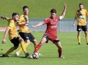 Die Arboner (gelb) können Bazenheids Christoph Gebert trotz Überzahl nicht vom Ball trennen. (Bild: Mario Gaccioli)