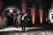 Michele (Giuseppe Spina) tanzt zur Musik, der heimlichen Hauptrolle in «Der schwarze Kuss». (Bild: Thi My Lien Nguyen)