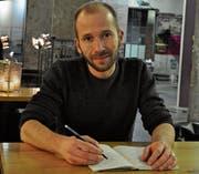 Stift und Notizblock sind Ralf Bruggmanns stete Begleiter. (Bild: Simon Roth)