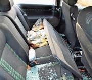 Ein Golf GTI: eingeschlagene Scheiben, Glasscherben und Müll auf der Autohinterbank. (Bild: Max Eichenberger)