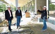 Schulpräsident Thomas Wieland und Baukommissionsmitglied Daniel Engeli folgen den Ausführungen von Projektleiter Peter Trachsel zum Baufortschritt des Primarschulzentrums Elisabetha Hess. (Bild: Mario Testa)
