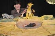 Die Tiere geniessen zu Beginn des Stücks das Wasserloch – Margrit Proske macht die Figuren mit Stimme und Bewegung lebendig. (Bild: Mengia Albertin)