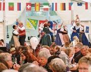 Einheimische Trachtentänze eröffneten den Reigen der folkloristischen Darbietungen. (Bild: Max Eichenberger)