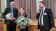 Willi und Regina Bommer freuen sich über die Laudatio von Gemeinderat Manfred Filliger. (Bild: Gabi Doggweiler)