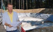 Bauleiter Didier Wins erläutert den Verlauf der Arbeiten am neuen Reservoir. (Bild: Werner Lenzin)