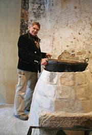 Bei der Feuerstelle, die der Hafner Mischa Casanova entdeckt hat, dürfte es sich um einen gewerblichen Ofen aus dem Spätmittelalter gehandelt haben. Möglicherweise wurde er damals zur Herstellung von Knochenleim oder zum Färben genutzt. Casanova hat den Ofen nun mit historischem Material nachgebaut. (Bild: Ursula Ammann)