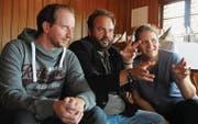 Jan Opderbeck, Florian Rexer und Mia Sanner diskutieren Abläufe für das neue «Tatort»-Dinner im Saal des Schlosses Hagenwil. (Bild: Rita Kohn)