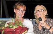 Sekretariatsleiterin Sonja Cabalzar wurde von Präsidentin Fabiola Colombo Imhof für 25 Jahre Mitarbeit geehrt. (Bild: Manuela Olgiati)