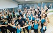 Hoch die Beine und Arme: Die Tänzerinnen, ein Tänzer sowie Leiterin Carmelina Kirstein (Mitte) setzen sich in Szene. (Bild: Donato Caspari)