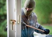 An der Buebenloostrasse verschafften sich die Täter durch ein Fenster Zugang zum Haus. (Symbolbild: Gina Sanders, Fotolia)