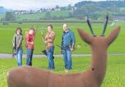 Manuela, Jan, Lars und Jürg Bürkle: «Ein Leben ohne Bogenschiessen können wir uns kaum vorstellen.» Im Visier ein Rehböckli aus Kunststoff. (Bild: Hanspeter Schiess)