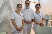 Zum Praxisteam von Uwe Rieger gehören die Assistentinnen Emine Abduli und Luisa Schweizer. (Bild: PE)