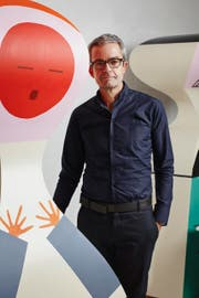 Akris-Designer Albert Kriemler mit den Nachbildungen der Puppen Alexander Girards in St.Gallen. (Bild: pd)