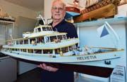 Rolf Bürke mit dem Zürichsee-Schiff «Helvetia». Er hat es anhand zahlreicher Fotografien bis ins kleinste Detail nachgebaut. (Bild: Max Eichenberger)