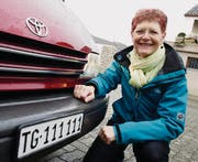 Annamarie Schwarz kniet vor ihrem Toyota Previa mit der besonderen TG-Autonummer. (Bild: Donato Caspari)