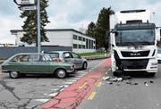 Der Lenker im grauen Auto hatte die Distanz zum Lastwagen falsch eingeschätzt. (Bild: kapo)