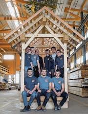 Die Lehrlinge von Mettler Holzbau mit Initiant, Planer und Betreuer.