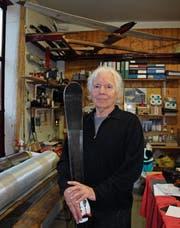 Aus Flachs und Carbon stellt Willi Heuberger von Hand High-Tech-Ski her. (Bild: Jolanda Riedener)