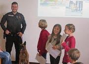 Schülerinnen stellen in einem Vortrag die Polizeihunde vor. (Bild: pd)