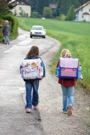 So ist es richtig: Kinder zu Fuss auf dem Schulweg. (Bild: Fotolia (Symbolbild))