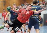 Kreuzlingens Manuel Zeller setzt sich im Derby gegen die Romanshorner Abwehr durch. (Bild: Mario Gaccioli)
