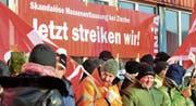 Bei bitterer Kälte halten die Zintec-Mitarbeiter ihren zweistündigen Warnstreik ab. (Bild: Max Eichenberger)