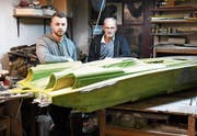 Dominic und Nikolaus Moraitis im Modellbau-Atelier, in dem die Idee für die Staubsaugerdüse entstanden ist. (Bild: Rita Kohn)