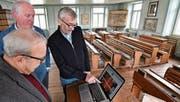 Dominik Joos (r.) zeigt Museumsleiter Hans Weber und Alfons Bieger, dem Leiter der Sammlung, die neugestaltete Webseite. (Bild: Manuel Nagel)