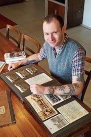 Daniel Kessler beim Studium alter Dokumente. (Bild: PD)
