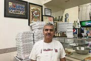 Pizzeriabesitzer Rocco «Rocky» Labianca: Bei ihm läuft derzeit von morgens bis abends Fussball – live aus den USA und Frankreich.