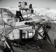 Anlässlich einer Eurovision-Sendung aus Graubünden schlug das Schweizer Fernsehen 1955 mit einer Übertragung vom Weissfluhjoch aus 2800 Metern über Meer einen Höhenrekord. Gezeigt wurden das Alpenpanorama und ein Lawinenhund bei der Arbeit. (Bild: SRG)