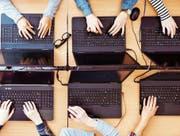 Den Unternehmen fehlen IT-Spezialisten. Trotzdem interessieren sich nur wenige Ostschweizer Jugendliche für ein Informatikstudium. (Bild: Getty)