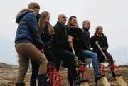 Greifen zum Spaten: Marion Ammann, Diana Ammann, Markus Ammann, Brigitta Ammann, Christian Meng und Joy Bächle. (Bild: Rita Kohn)