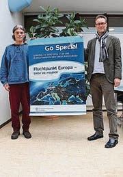 Jmerio Pianari und Gunnar Brendler posieren mit dem Plakat für den Gottesdienst. (Bild: Nicole D'Orazio)