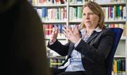 Klare Gedanken, klare Gesten: Kerstin Odendahl ist eine brillante Wissensvermittlerin, wofür sie die HSG-Studenten mit dem Teaching Award auszeichneten. (Bild: Benjamin Manser)