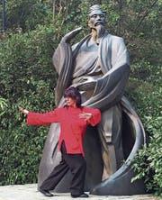 2015 in den Wudang-Bergen: Daniela Limoncelli zeigt die Figur namens Zhang San Feng. (Bild: PD)