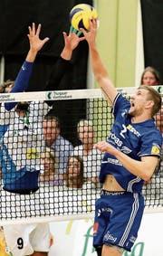 Einen Tick besser: Amriswils Kanadier Joshua Howatson (rechts) steigt am Netz hoch. Näfels' Pole Jakub Radomski versucht vergeblich, ihn zu blocken. (Bild: Mario Gaccioli)