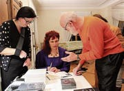 Nach der Lesung signiert Yvonn Scherrer Bücher. (Bild: Manuela Olgiati)
