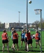 Gespannt schauen die Spielerinnen dem Ball nach, ob er den Weg in den Korb findet. (Bild: Yvonne Aldrovandi-Schläpfer)