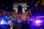 Grosseinsatz der Polizei auf den Pariser Champs-Elysées nach den Todesschüssen auf einen Beamten. (Bild: IAN LANGSDON (EPA))