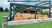 Der Gastrounternehmer muss diesen Pavillon mit Hüttenbar rückbauen. Die Anlage im Kastaniengarten kann stehenbleiben. (Bild: Max Eichenberger)