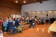 Kirchbürger Walter Studer kritisiert an der Versammlung im Kirchgemeindehaus öffentlich die Vorsteherschaft. (Bild: Annina Flaig)