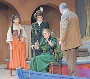 Zenobia, die mannstolle Vertraute der Gräfin, erholt sich mit einem kräftigen Schluck aus der Flasche von ihrer Entführung. (Bild: Operette Balzers)