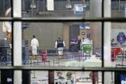 Türkische Kriminaltechniker arbeiten nach dem Terroranschlag in der Eingangshalle des Atatürk-Flughafens in Istanbul. (Bild: ky/Sedat Suna)