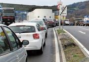An der Rheintaler Grenze stehen weder das Personal noch die Verkehrsinfrastruktur zur Verfügung, um die Freigrenze für Einkaufstouristen zu senken. (Bild: Illustration: Patrick Steiger)