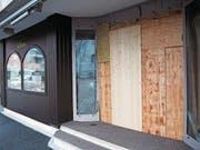 Der Eingang des Geschäftes ist derzeit provisorisch mit Brettern abgedeckt. (Bild: Angelina Donati)