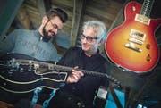 Pat Kasper und Gerry Meier begutachten eine Gitarre in ihrem neuen Musikgeschäft. (Bild: Andrea Stalder)